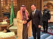 """""""طه التركي"""" ينشر صورته مع خادم الحرمين ويكشف نصيحةً أسر بها الملك سلمان إليه"""