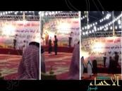 بالفيديو … الجهات الأمنية توقفه مطلوب أمني يلقي قصيدة في حب الوطن