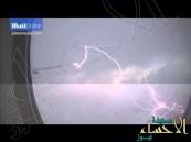 بالفيديو … شاهد البرق يصعق جناح طائرة إماراتية