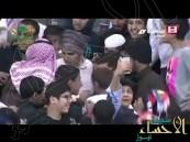 بالفيديو.. موقف محرج لمذيع الرياضية بمدرجات استاد الملك فهد والمذيع: أقسم بالله عيب