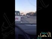 بالفيديو … مواطن يطيح بكاميرا ساهر على طريقٍ عام