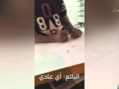 """بالفيديو … موقف بين """"مشتري"""" و""""بائع"""" في مهرجان ويا التمر أحلى يُثير التساؤل!!"""