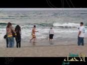 بالفيديو … أمريكي يسحب قرشاً من المياه ليصور معه