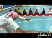 بالفيديو … رجل مسن يؤدي تدريبات رياضية صعبة بطريقة طريفة