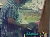 بالفيديو: عامل مطعم ينظف حذائه بأدوات الطبخ