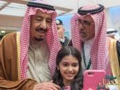 بالصور … سيلفي خادم الحرمين مع طفلة تغزو مواقع التواصل