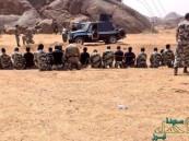 """صورة لرجال الأمن يصلون جماعة بعد إطاحتهم بقتلة """"الرشيدي"""""""