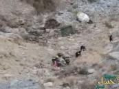 بالصور.. وفاة شخص وإصابة 4 بعد سقوط سيارة من ارتفاع 400 متر !