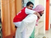 معلم يحمل طالبا إلى فصل مدرسته
