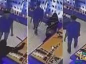 بالفيديو.. كاميرا مراقبة ثوثق حادثة تحرش بعاملة سعودية !