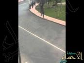 بالفيديو.. كاد أن يفقد حياته ليقابل ملك المغرب أثناء مرور موكبه بالرباط !