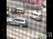 بالفيديو .. مشاجرة في اليمن بين مجموعة من الشباب أحدهم يحمل قنبلة يدوية!