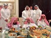 بالصور.. وليمة للشيخ الشثري لعدد من العلماء تنال إعجاب المغردين !