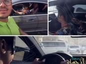 بالفيديو.. أب يشجع ابناءه بقيادة السيارة مغمضين.. والجهات تلاحقه