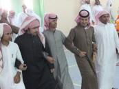 بالصور.. مدرسة في #الأحساء تزف طالبها عريساً !!