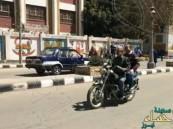 بالفيديو.. كفيف مصري يقود دراجة بخارية