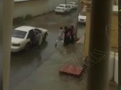 بالفيديو … بعد أيام من قرار #تنظيم_عمل_الهيئة شاب بالأحساء يعتدي على فتاة بالضرب