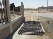 بالصور و قبل أن تقع الكارثة.. هذا السور المتهالك قد يقتل أحد فور سقوطه !