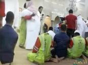 شاهد.. ماذا فعل سكان مكة مع عامل نظافة تلقى اتصالا يخبره بوفاة والده !