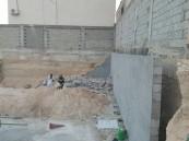 """بالصور.. """"جدار تحت الإنشاء"""" يقتل و يُصيب 4 في #الأحساء"""