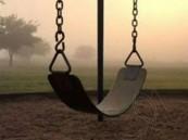 أرجوحة تنهي حياة طفلة خنقاً.. سقطت فاستحكمت حول رقبتها في مشهد صادم