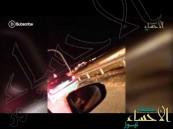 """بالفيديو … في #الأحساء حرب شوارع تفحيط وتصادم عمد وإغلاق الطريق بأسلحة """"بيضاء"""""""
