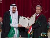 """بالصور.. الملك سلمان مداعباً رئيس جامعة القاهرة: """"الأن يحق لي التدريس في الجامعة"""""""