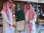 """إنفاذاً لأمر خادم الحرمين.. وزير التعليم يُسلم """"مُنقذ المعلمات"""" وسام الملك عبدالعزيز"""