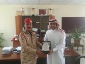 """ابتدائية """"الأمير بدر بن عبدالعزيز"""" تُكرم عدد من الضباط لدعمهم ختام الأنشطة الطلابية"""