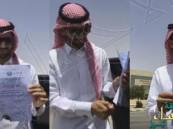 بالفيديو.. طبيب يحرق شهادته أمام مبنى الخدمة المدنية احتجاجا على عدم توظيفه