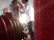بالفيديو.. شاب يقتحم حافلة طالبات بالجبيل ويعتدي على السائق !