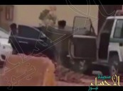 شاهد.. لحظة ضبط مفحِّط صدم سيارة شرطة وحاول الهرب