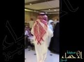 شاهد.. مواطن يهدي حصاناً لعريس في حفل زفافه !