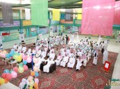 """طلاب """"المراح"""" و """"عبدالله بن مبارك"""" الابتدائية يتخرجون في حفل بهيج"""