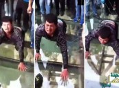 شاهد.. كيف عبر سائح يعاني من فوبيا المرتفعات جسر الصين الزجاجي الجديد !