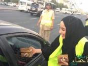 """بالصور.. وزيرة """"خليجية""""  تُوزِّع التمر على الصائمين في الشوارع"""