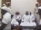 بالفيديو.. مكافأة مقبّل رؤوس الصائمين بوظيفة بالمسجد النبوي