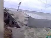بالفيديو… في ثواني معدودة مياه البحر تلتهم منزلاً !!!