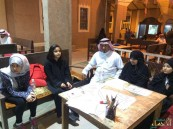 """بالصور.. """"بوحميدة"""" يحسّن خط أبناء #الأحساء في دورات مجانية بأسواق القرية"""