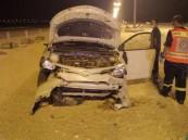 بالصور.. السرعة الزائدة تتسبب في انقلاب سيارة وإصابة قائدها على طريق الظهران – بقيق