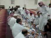"""بالصور.. أهالي """"منيزلة"""" #الأحساء يجتمعون على مائدة الإفطار"""