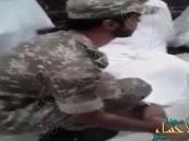 بالفيديو.. رجل أمن يدلك قدم معتمر أنهكه التعب وتفاعل واسع مع المقطع