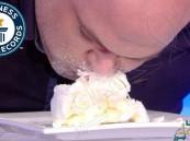 شاهد… أسرع رجل بالعالم في أكل الجبن!