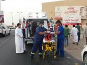 بالصور.. في #الأحساء : حادث مروع يصيب عاملان فاجئهما النوم على الطريق !
