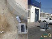 بالصور… أموال ملقاة على الأرض بعد سرقة صراف في خيبر
