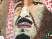 بالصور.. فنان سعودي يرسم #الملك_سلمان على جبل آجا في حائل