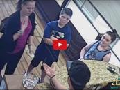 شاهد: ماذا فعل بائع ذهب عربي مع سيدة أمريكية أرادت بيع طوقها العزيز
