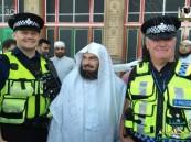 بالفيديو.. لفته إنسانية تثير الإعجاب بإمام الحرم في بريطانيا