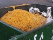 صورة لحاوية مليئة بالأرز تثير السخط والاستنكار.. وكِبار العلماء تعلّق بتغريدة