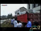 بالفيديو.. أسلوب صيني غريب لوقف السيول !!